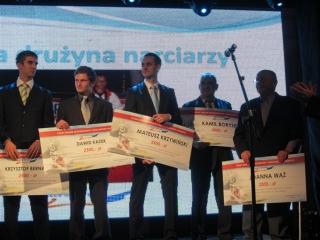 Nasi zawodnicy z nagrodami M. Krzywiński , M. Krzywiński ( odbiera za Kamila Borysewicza ) i tata J. Waż