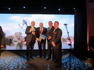 Nagroda dla Augustowa organizację za Necko Endurance oraz MP w skokach na nartach wodnych a odbierają K. Andruszkiewicz i K. Kożuchowski